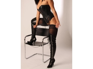 BEAUTIFUL, PASSIONATE MATURE GIRLFRIEND OFFERING RELAXATION AND PAMPERING TO ELDER AND YOUNGER GENTS in Gatwick